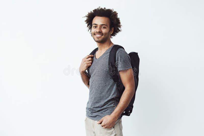 Retrato do homem africano alegre com a vista de sorriso da trouxa pronto para a reprodução fotográfica a ir em uma viagem de cami foto de stock royalty free