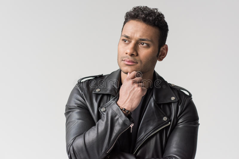 Retrato do homem afro-americano novo pensativo isolado fotos de stock