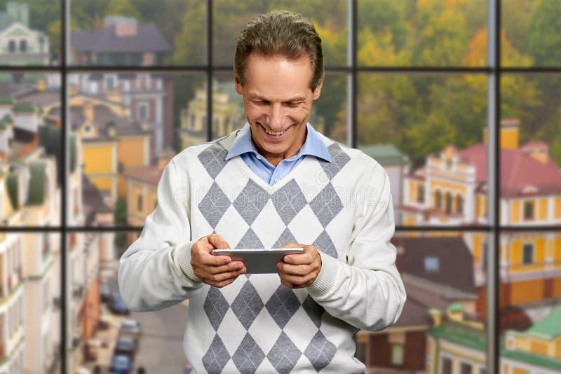 Retrato do homem alegre com smartphone fotografia de stock royalty free