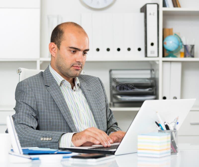 Retrato do homem alegre no escritório imagens de stock