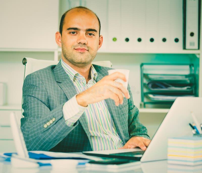 Retrato do homem alegre no escritório foto de stock royalty free