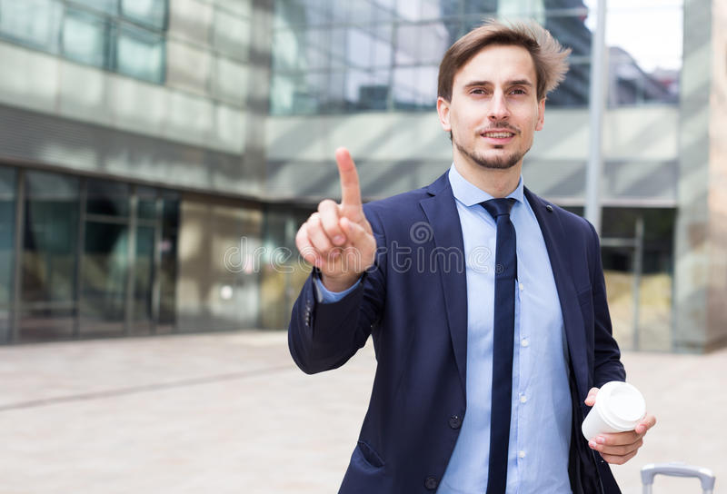 Retrato do homem alegre que está exterior foto de stock royalty free