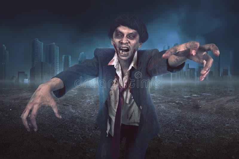 Retrato do homem asiático do zombi com o terno com cara ferida fotografia de stock