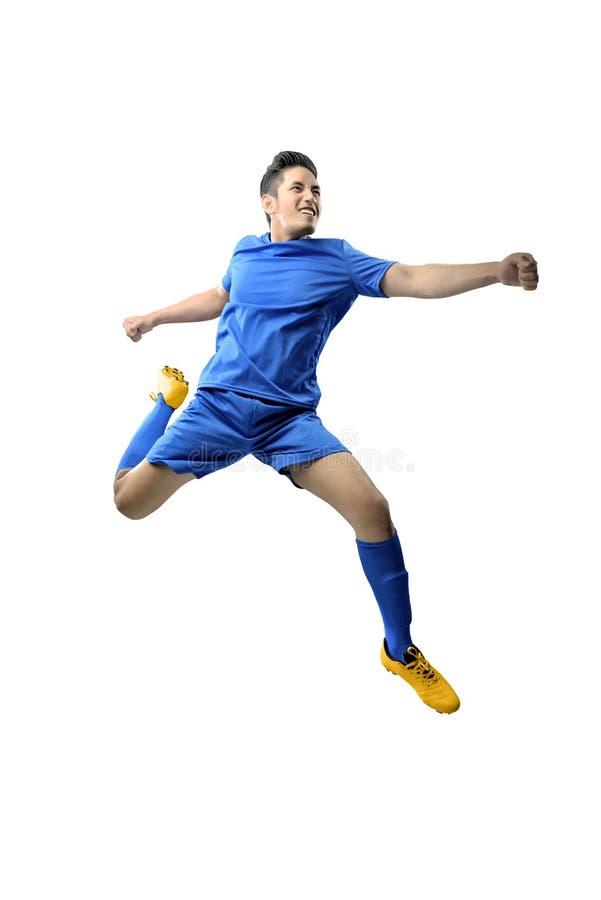 Retrato do homem asi?tico do jogador de futebol no j?rsei azul com retrocesso da posi??o da bola fotos de stock royalty free