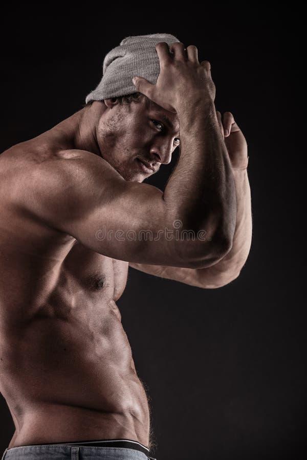 Retrato do homem atlético forte da aptidão sobre o fundo preto fotografia de stock royalty free