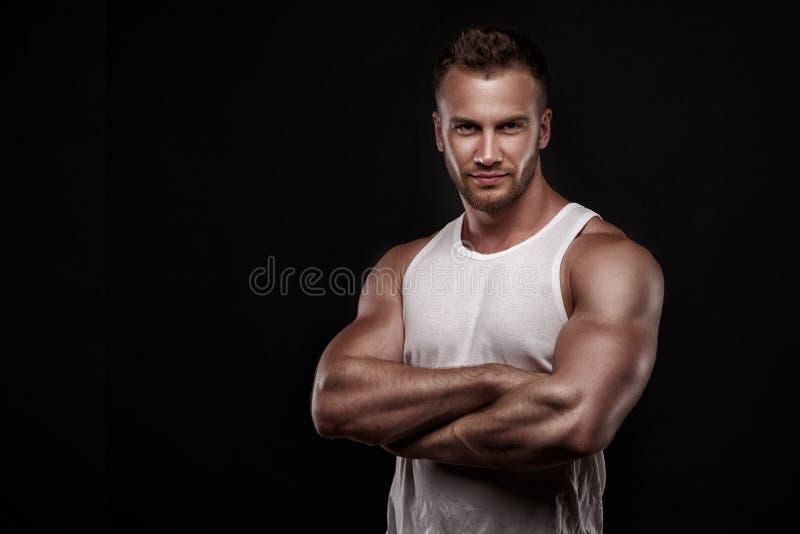Retrato do homem atlético na camiseta branca imagens de stock royalty free