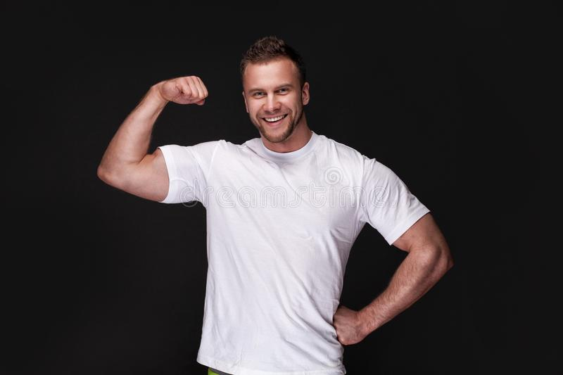 Retrato do homem atlético na camiseta branca imagens de stock
