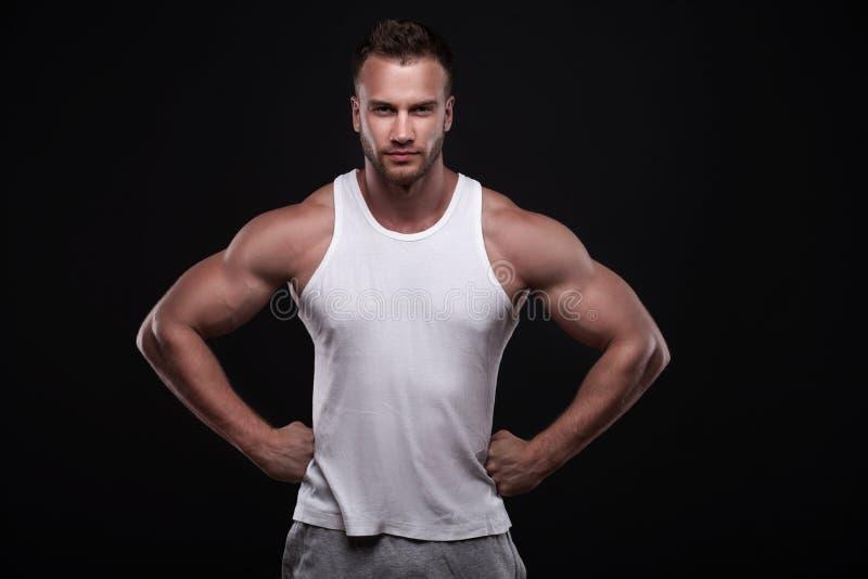 Retrato do homem atlético na camiseta branca foto de stock