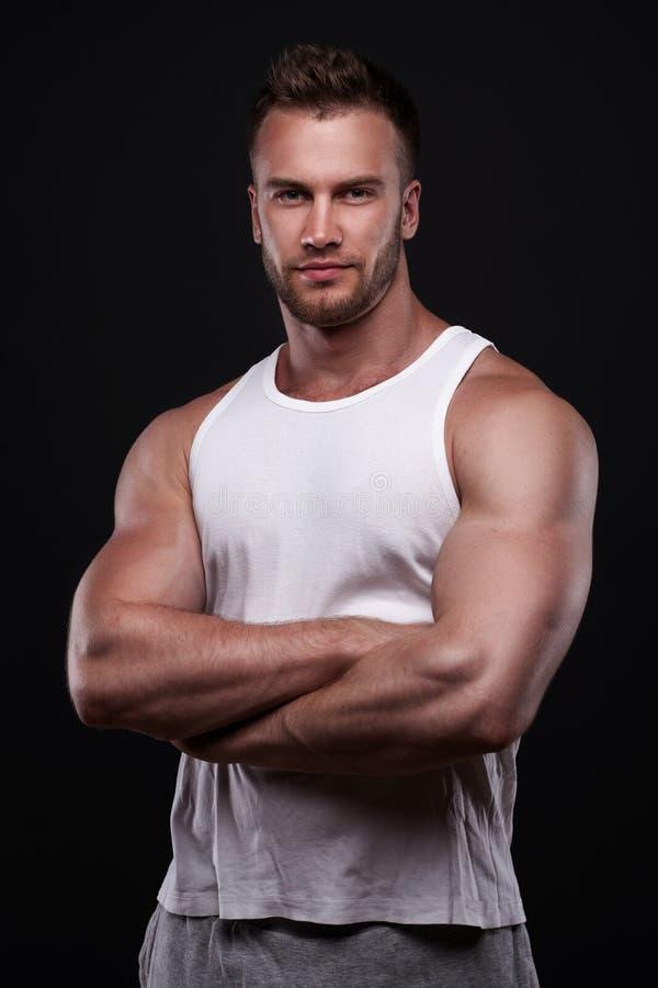 Retrato do homem atlético na camiseta branca fotos de stock royalty free