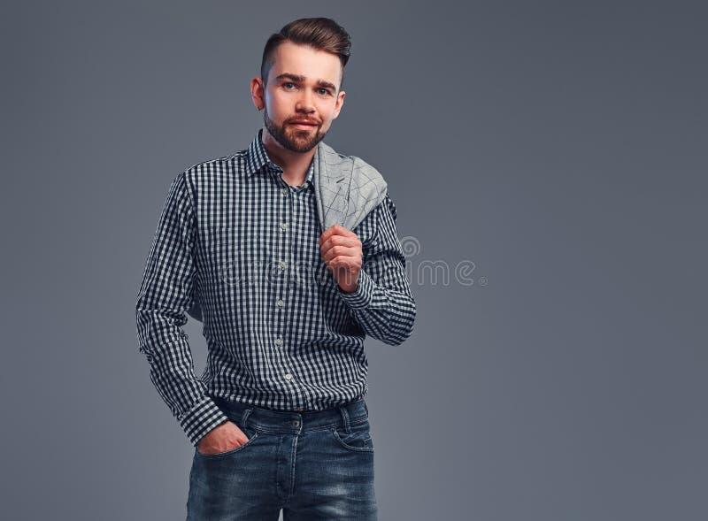 Retrato do homem atrativo styilish na camisa quadriculado, na sarja de Nimes e no blazer em seu shouder foto de stock