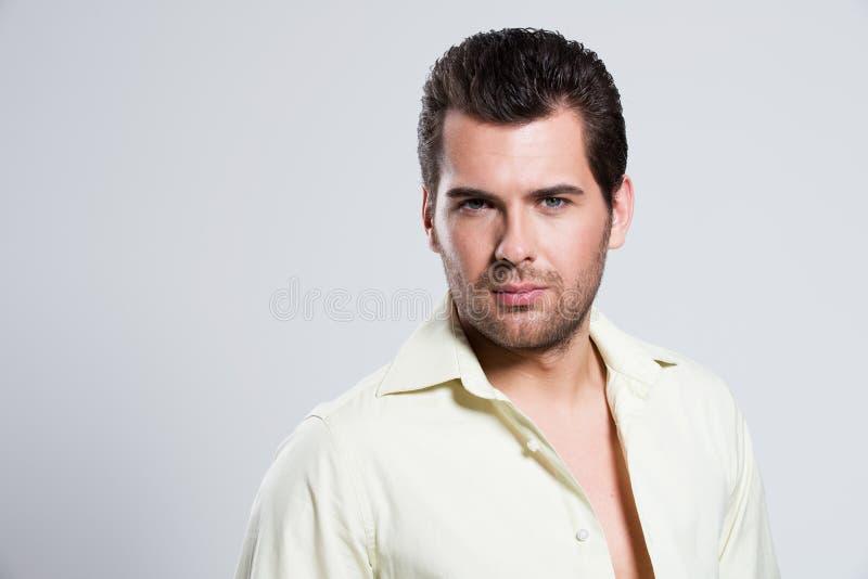 Retrato do homem bonito novo. imagens de stock
