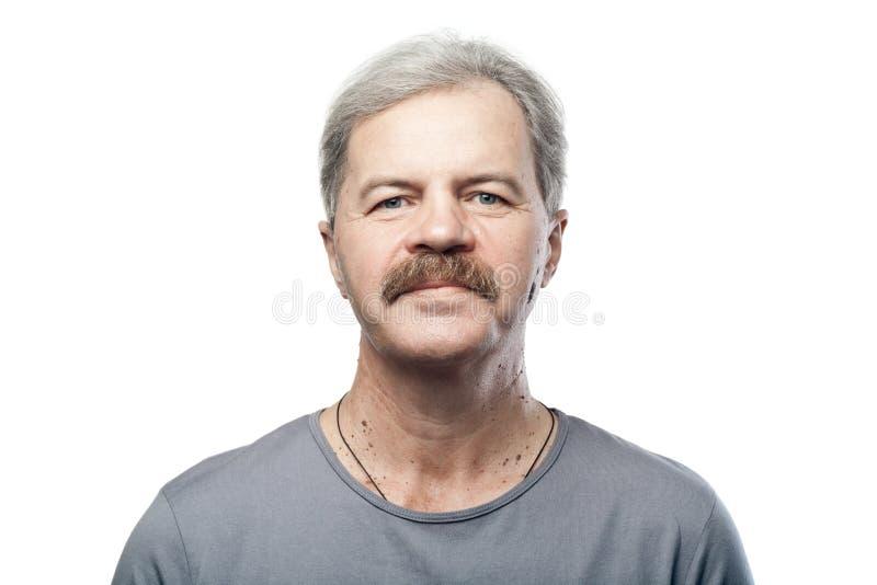 Retrato do homem caucasiano maduro isolado no branco imagens de stock