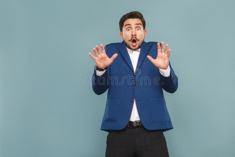 Retrato do homem com cara surpreendida Abra a boca e o grito fotos de stock