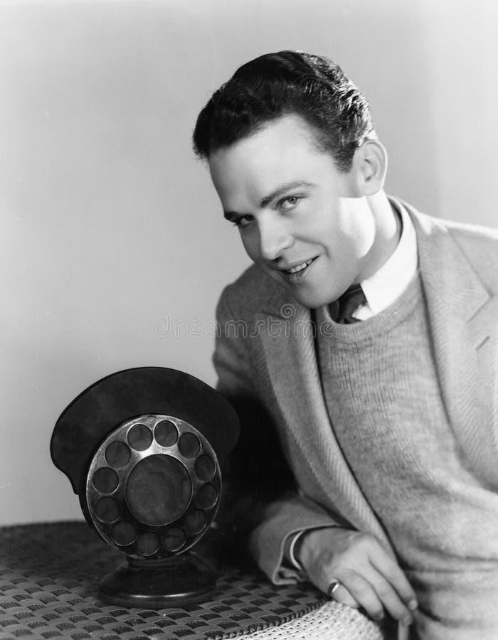 Retrato do homem com microfone de rádio (todas as pessoas descritas não são umas vivas mais longo e nenhuma propriedade existe Ga fotografia de stock