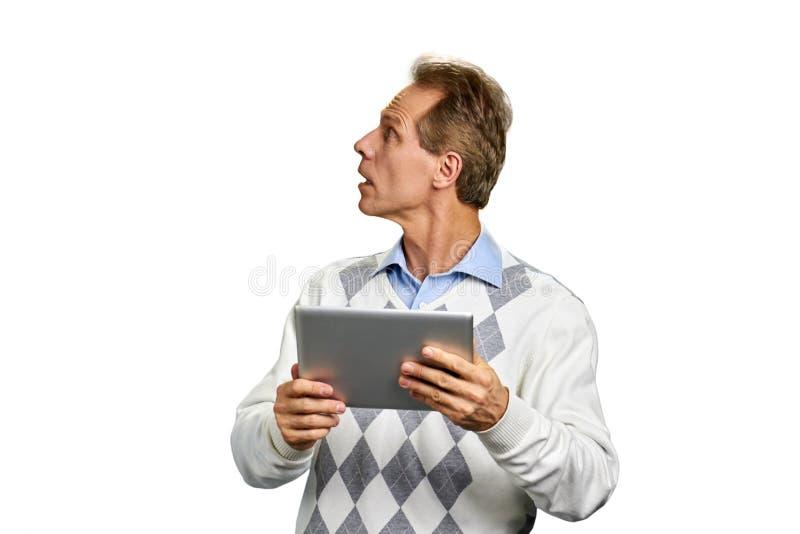 Retrato do homem com tabuleta do PC foto de stock