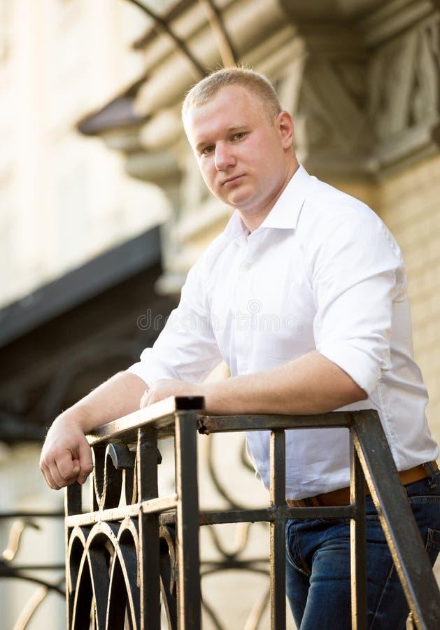 Retrato do homem considerável à moda na camisa que levanta na rua imagens de stock