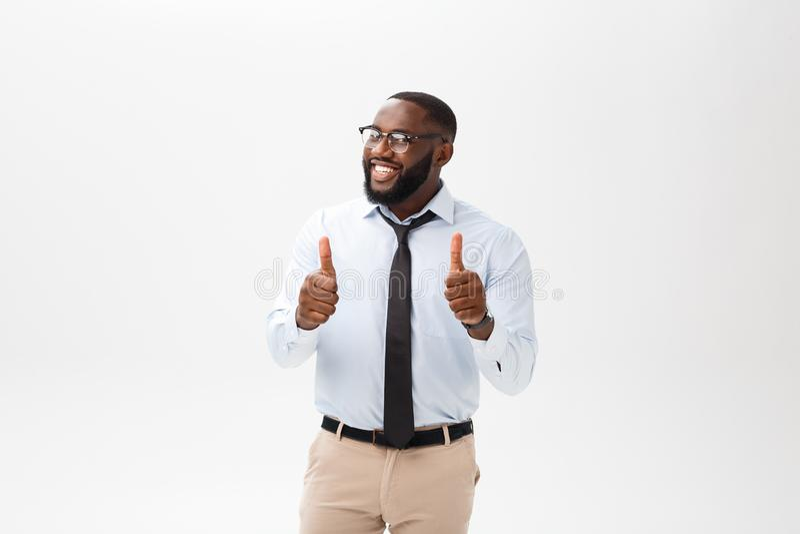 Retrato do homem considerável afro-americano feliz que ri e que mostra o polegar acima do gesto imagens de stock royalty free