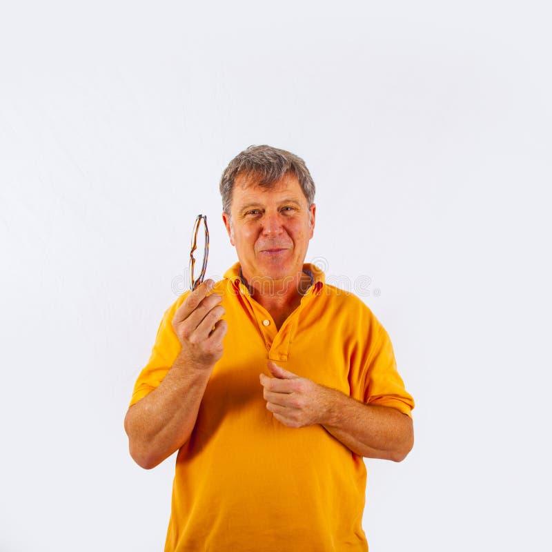Retrato do homem considerável bonito que dá um conselho amigável fotos de stock royalty free