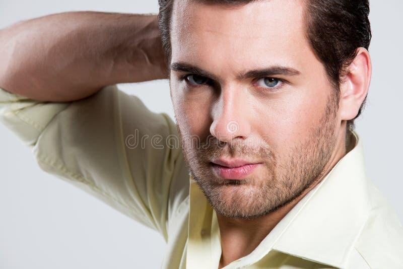 Retrato do homem considerável na camisa amarela. imagens de stock royalty free