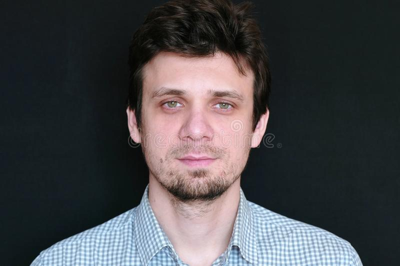 Retrato do homem considerável novo na câmera de vista curto da manta imagem de stock