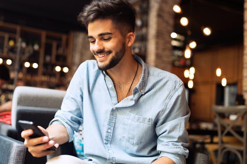 Retrato do homem considerável novo na camisa azul imagem de stock