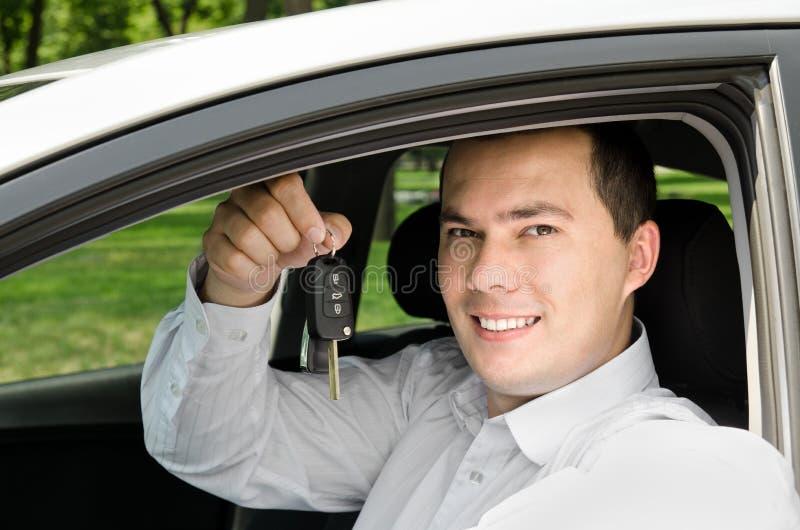 Retrato do homem considerável novo que guardara chave em seu próprio carro imagens de stock royalty free