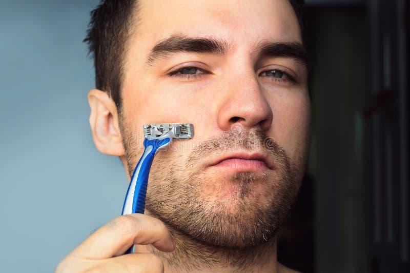 Retrato do homem considerável que barbeia usando-se foto de stock