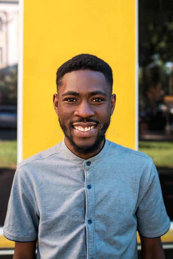 Retrato do homem da rua afro-americano novo fotos de stock