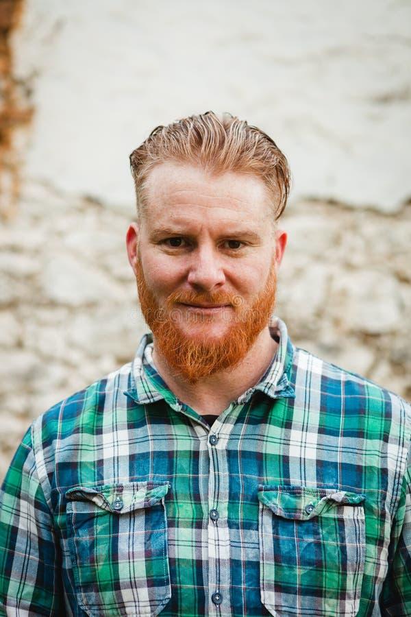 Retrato do homem de cabelo vermelho com barba longa fotos de stock royalty free