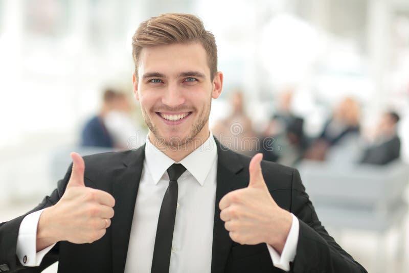 Retrato do homem de negócio de sorriso feliz que mostra os polegares acima fotos de stock