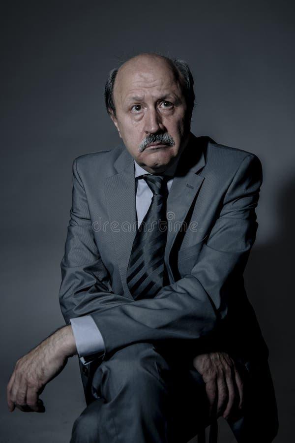 Retrato do homem de negócio maduro superior triste e deprimido em sua depressão 60s de sofrimento que olha neckt vestindo perdido imagens de stock royalty free