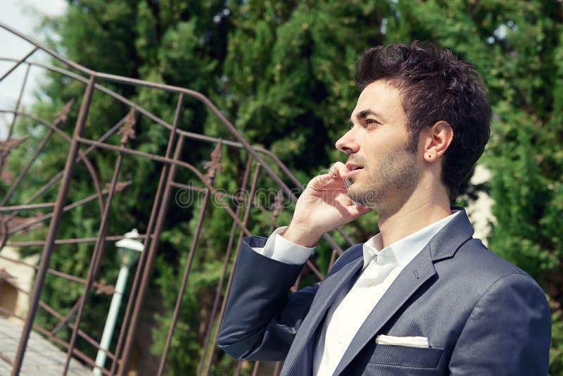 Download Retrato Do Homem De Negócio Novo Que Usa O Móbil Imagem de Stock - Imagem de profissional, conversa: 26517463