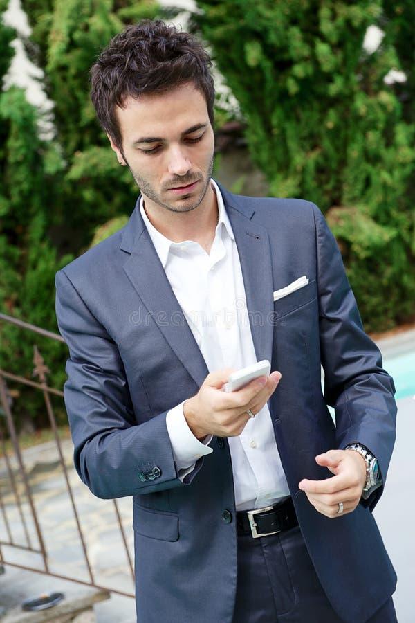 Download Retrato Do Homem De Negócio Novo Que Usa O Móbil Foto de Stock - Imagem de telefone, short: 26517516