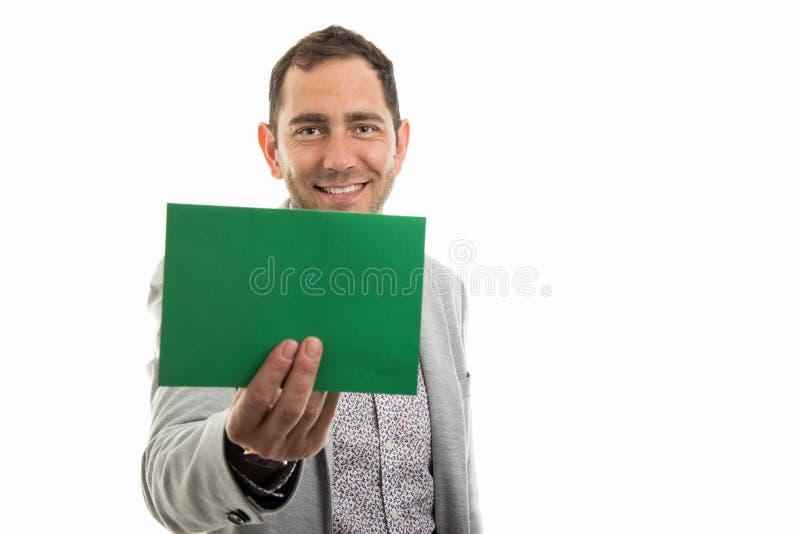 Retrato do homem de negócio que mostra a placa de cartão verde fotos de stock
