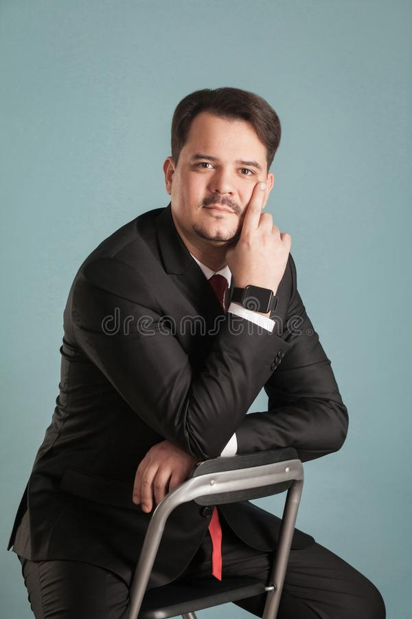 Retrato do homem de negócio, relógio esperto em sua mão imagem de stock