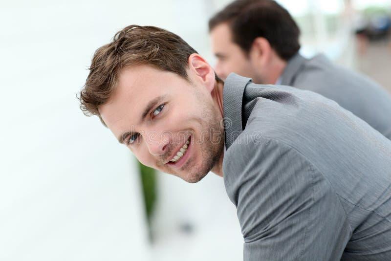 Retrato do homem de negócios bem sucedido de sorriso fotografia de stock royalty free