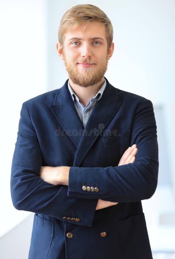 Retrato do homem de negócios bem sucedido novo no escritório imagens de stock royalty free
