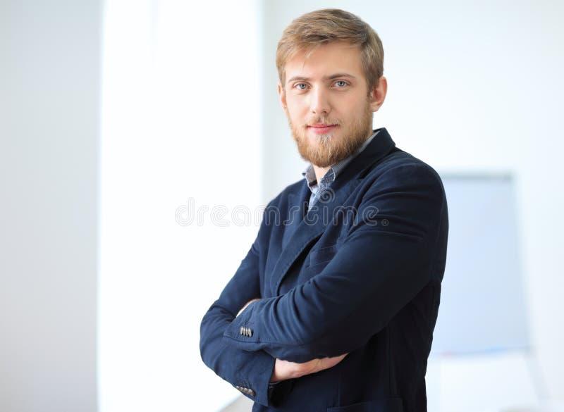 Retrato do homem de negócios bem sucedido novo no escritório fotos de stock