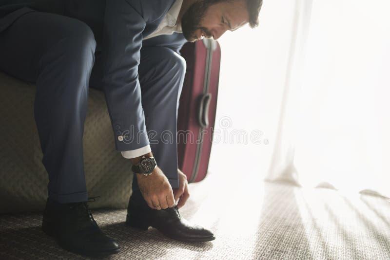Retrato do homem de negócios bem sucedido que siiting na sala de hotel imagens de stock royalty free