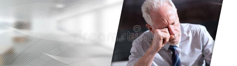 Retrato do homem de negócios cansado; bandeira panorâmico fotografia de stock royalty free