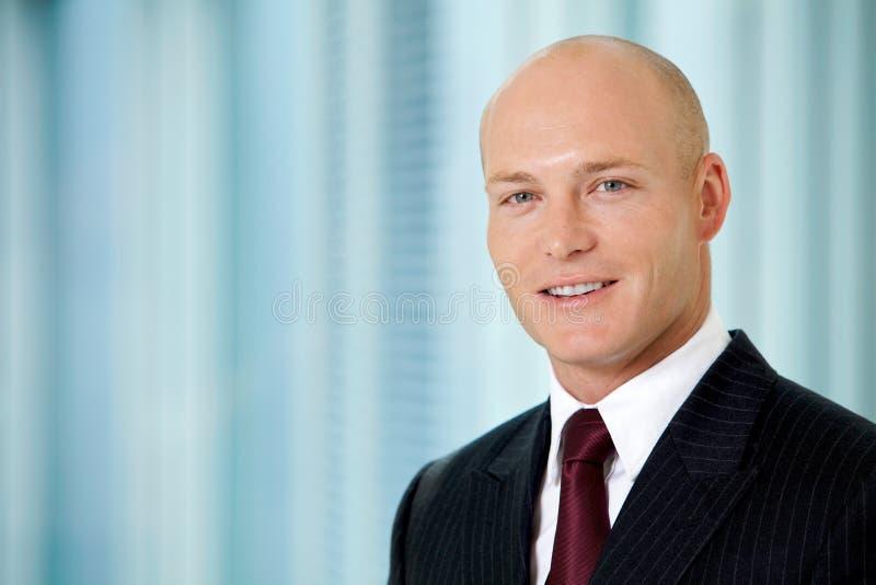 Retrato do homem de negócios caucasiano novo no escritório fotografia de stock royalty free