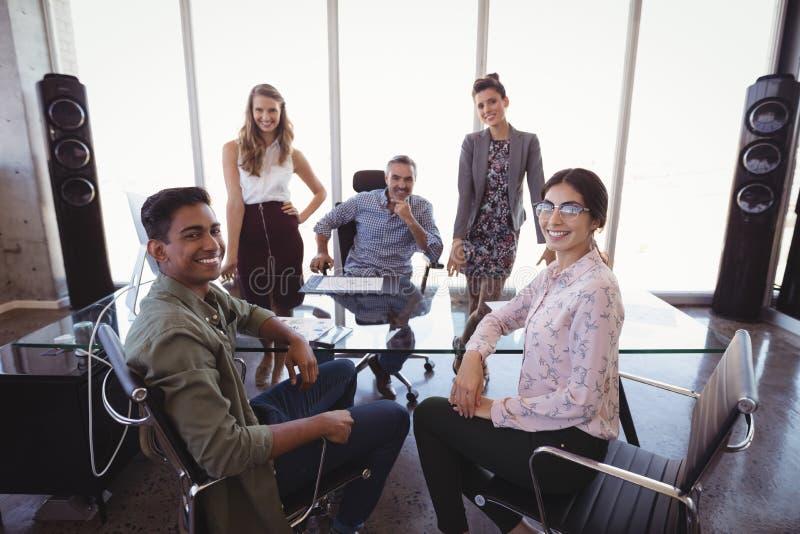 Retrato do homem de negócios com a equipe criativa nova imagens de stock royalty free