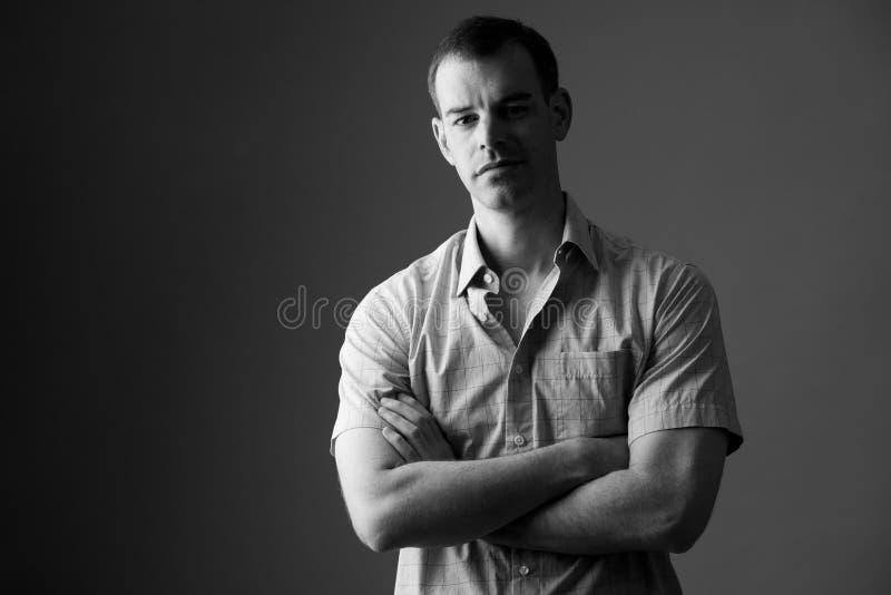 Retrato do homem de negócios com os braços cruzados em preto e branco imagens de stock royalty free
