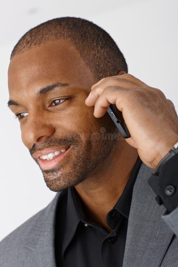 Retrato do homem de negócios com telefone móvel imagem de stock