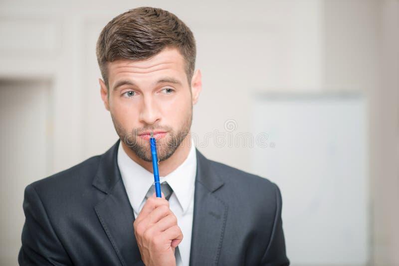 Retrato do homem de negócios considerável no escritório foto de stock royalty free