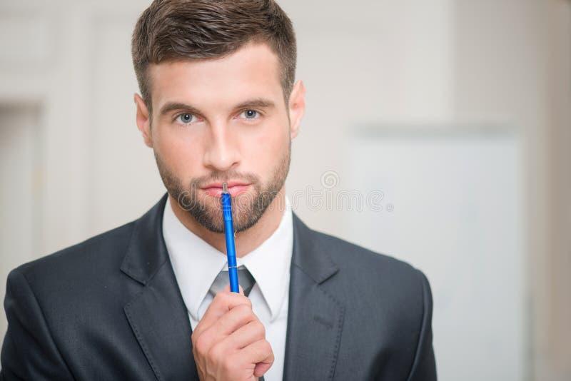 Retrato do homem de negócios considerável no escritório fotografia de stock royalty free