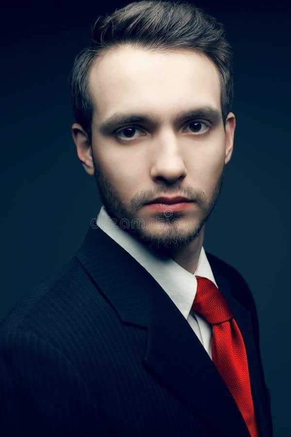 Retrato do homem de negócios considerável novo do homem no terno preto imagem de stock