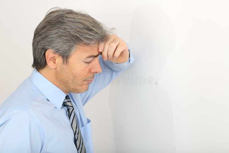 Retrato do homem de negócios deprimido maduro fotografia de stock