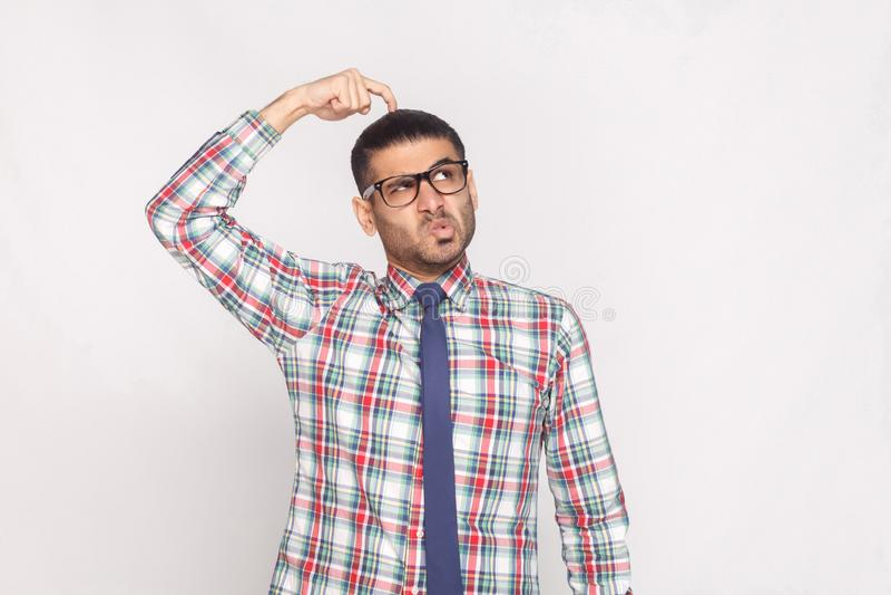 Retrato do homem de negócios farpado considerável pensativo em colorido imagens de stock