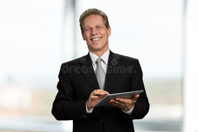 Retrato do homem de negócios feliz com tabuleta do PC imagens de stock